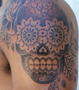 tattoo-d-un-crane-mexicain-calavera-sur-l-epaule-effet-pointilliste_146352_w620